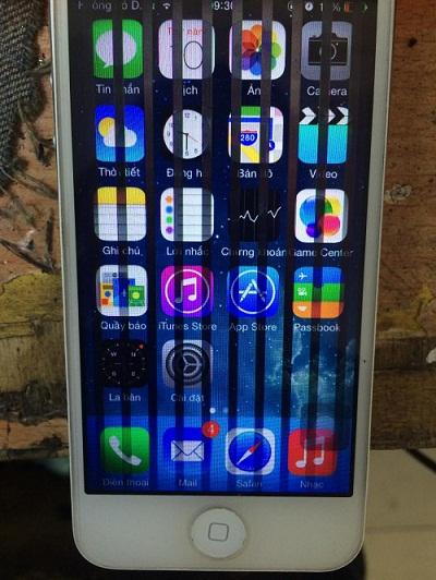 Hiện nay tình hình, iPhone 5, 5S, 5C bỗng dưng xuất hiện lỗi liệt cảm ứng và màn hình xuất hiện các sọc nhễu dọc và cũng có hiện tượng thi thoảng đang dùng màn hình lại hiện lên sọc đen nhấp nháy rồi biến mất rất nhanh. Khi kiểm tra điểm chết thì lại lại không bị gì cả. Nhiều người dùng khá hoang mang với tình trạng này không biết làm như thế nào để sửa lỗi ? Và có cách nào khắc phục tình trạng máy bị sọc đen không ?  Có rất nhiều nguyên nhân có thể bị nặng hoặc chỉ có thể bị lỗi nhẹ, do đó bài viết này 24h sẽ hướng dẫn các cách khắc phục để người dùng có thể biết và cũng có thể tự mình sửa lỗi đỡ tốn kém chi phí. Sau đây là những trường hợp khắc phục đơn giản nhất mà 24h đưa ra cho các bạn: Nguyên nhân đầu tiên là do cáp nối màn hình iPhone 5, 5S, 5C và main bị bụi bẩn. Bạn có thể đem đến trung tâm 24h để vệ sinh bên trong máy chỉ mất khoảng 10 phút là xong. Nếu bạn không có thời gian do công việc quá nhiều  thì bạn có thể ra ngoài kiếm mua bộ vít M&R 818 (5 đầu chuyên sửa iPhone) với 1 cây nhíp đầu nhọn loại nhỏ để bung đít máy đẩy màn hình lên, về tự làm, cách này cũng khá là đơn giản, chỉ việc gỡ socket ra gắn lại chặt là xong. Sau này muốn thay pin gì cũng thuận tiện hơn, bớt được thời gian khi đến tiệm. Các cách bung iPhone 5/5S/5C thì trên youtube có rất nhiều clip bạn có thể tham khảo và làm theo họ. Nếu bạn không chắc chắn mình có thể làm được hoặc các cách trên không hiệu quả thì cách cuối cùng là bạn phải thay màn hình iPhone 5/5S/5C.  Bạn có thể ghé đến Bệnh Viện Điện Thoại 24h để được nhân viên chăm sóc khách hàng hỗ trợ kiểm tra cho bạn một cách tốt nhất và tư vấn thay màn hình, mặt kính cho iPhone 5, 5S, 5C.
