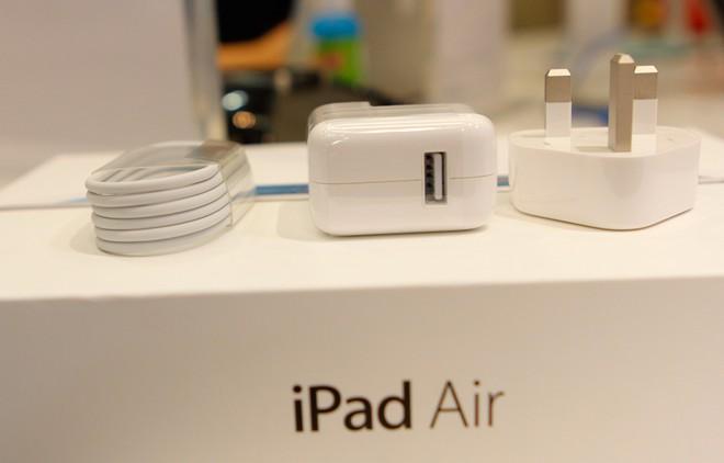 iPad Air chính hãng có đầy đủ phụ kiện zin theo máy.