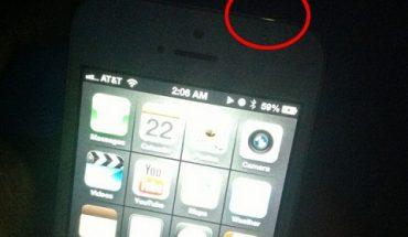 Vùng hở sáng của 1 chiếc iPhone 5 màu trắng.