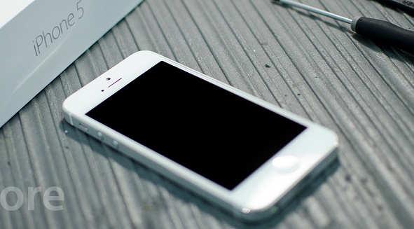 khac-phuc-man-hinh-iphone-5-bi-den