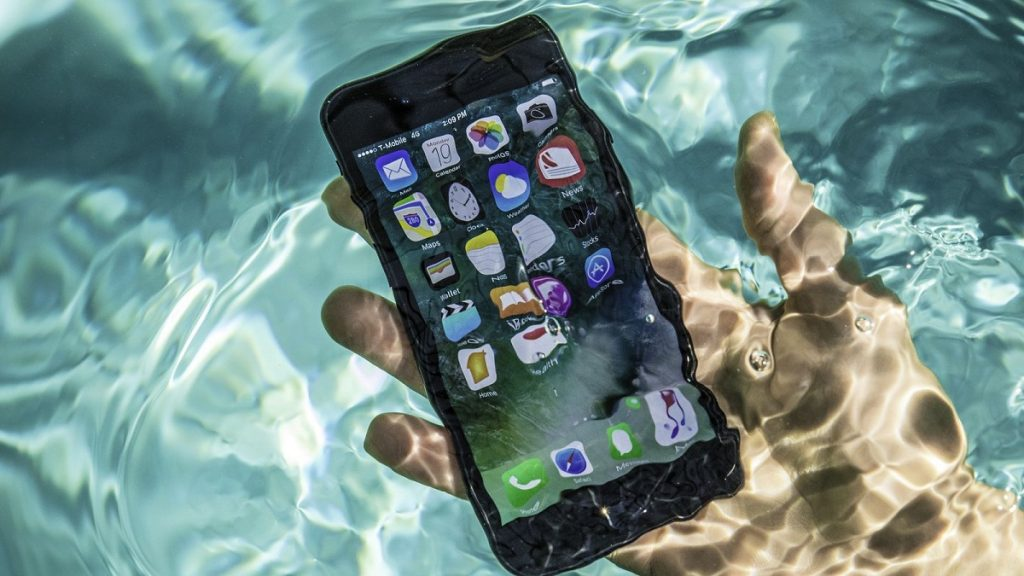 iPhone bị loạn cảm ứng do dính nước
