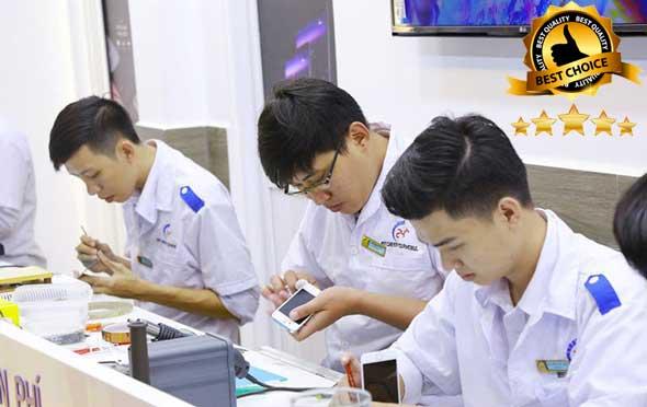 các kỹ thuật viên đang thay màn hình Xiaomi Mi6